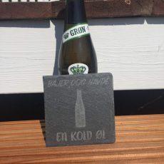"""Ølbrik i skifer med teksten """"Bajer dog havde en kold øl"""""""