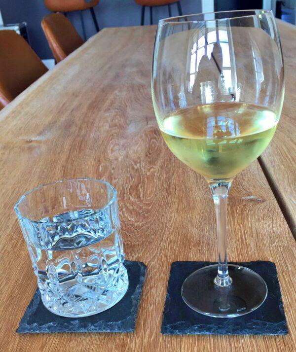 Glasbrik i skifer til beskyttelse af bordet