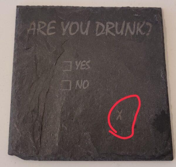 """En ølbrik med teksten """"are you drunk?"""" samt et kryds som er sat helt ved siden af"""