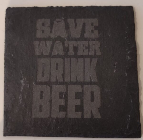 """En glasbrik med teksten """"Save Water Drink Beer"""" - perfekt som gave til en som elsker øl!"""