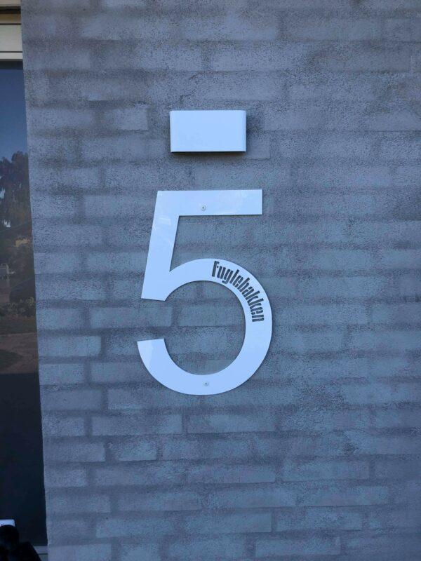 Husnummer med tekst udskåret