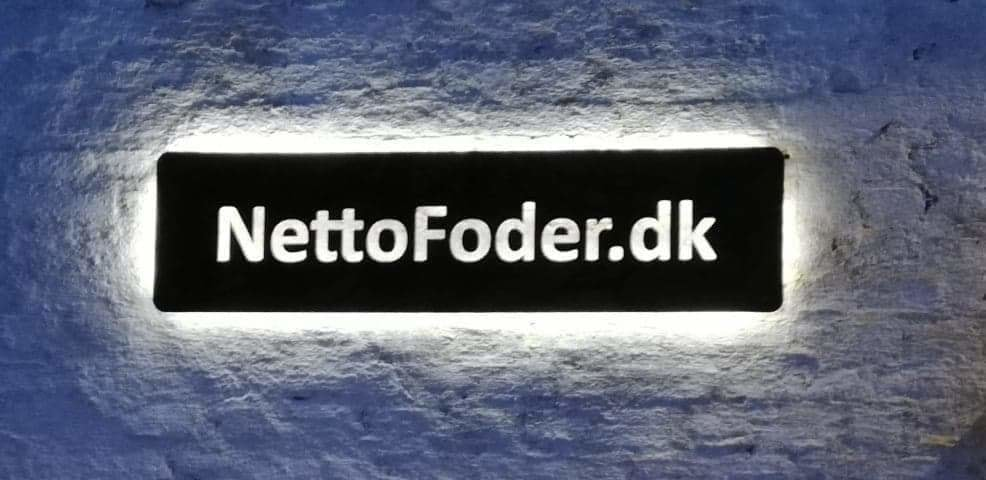 Sort akryl skilt til NettoFoder.dk