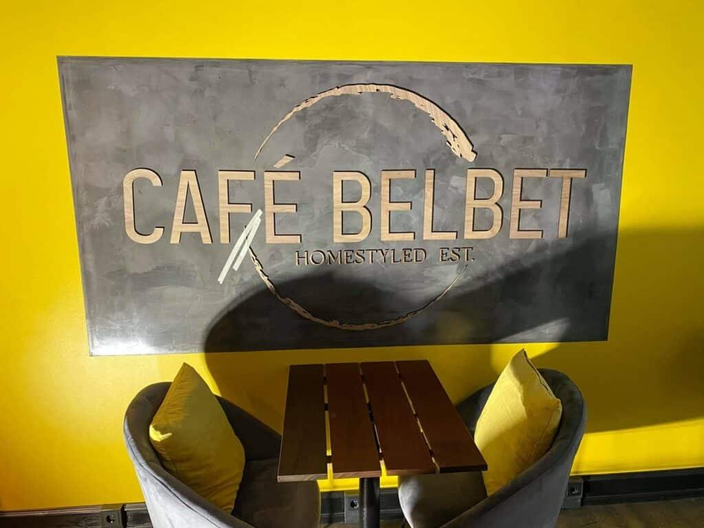 Et stort indendørs logo hos cafe belbet